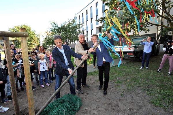 THE CITY OF ROSTOCK PLANTS A TREE ON THE INTERNATIONAL DAY OF PEACE